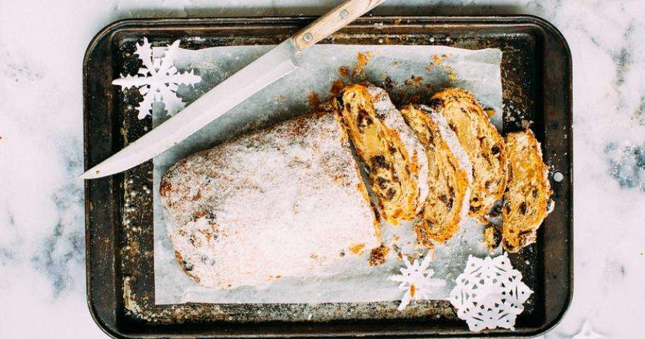 Great art in the service of gourmet pleasures; the Yule logs of the great chefs