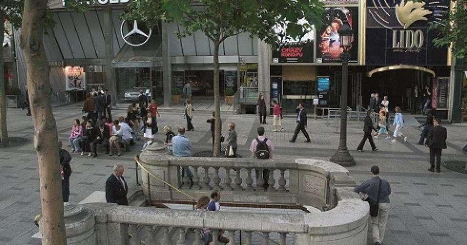 Le Lido ou le lieu culte du divertissement parisien